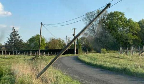 Poteau téléphonique menaçant de tomber